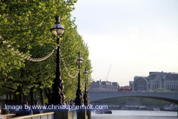 Lamp posts along the River Thames - zoom >